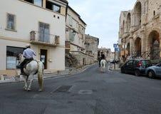 Αναβάτες στα άσπρα άλογα στην παλαιά πόλη Arles στην Προβηγκία Γαλλία Στοκ Φωτογραφίες
