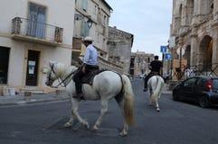 Αναβάτες στα άσπρα άλογα στην παλαιά πόλη Arles στην Προβηγκία Γαλλία Στοκ Φωτογραφία
