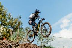 αναβάτης αθλητών στο άλμα χάσματος ποδηλάτων από το βουνό Στοκ Εικόνες