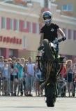 Αναβάτης ακροβατικής επίδειξης σε ένα αθλητικό ποδήλατο, σε μια μάχη ακροβατικής επίδειξης Στοκ εικόνα με δικαίωμα ελεύθερης χρήσης