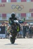 Αναβάτης ακροβατικής επίδειξης σε ένα αθλητικό ποδήλατο, σε μια μάχη ακροβατικής επίδειξης Στοκ Φωτογραφίες