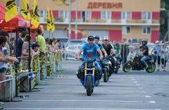 Αναβάτης ακροβατικής επίδειξης σε ένα αθλητικό ποδήλατο, σε μια μάχη ακροβατικής επίδειξης Στοκ φωτογραφία με δικαίωμα ελεύθερης χρήσης