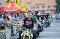 Αναβάτης ακροβατικής επίδειξης σε ένα αθλητικό ποδήλατο, σε μια μάχη ακροβατικής επίδειξης Στοκ Φωτογραφία