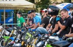Αναβάτης ακροβατικής επίδειξης σε ένα αθλητικό ποδήλατο, σε μια μάχη ακροβατικής επίδειξης Στοκ Εικόνα