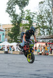 Αναβάτης ακροβατικής επίδειξης σε ένα αθλητικό ποδήλατο, σε μια μάχη ακροβατικής επίδειξης Στοκ εικόνες με δικαίωμα ελεύθερης χρήσης