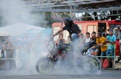 Αναβάτης ακροβατικής επίδειξης σε ένα αθλητικό ποδήλατο, σε μια μάχη ακροβατικής επίδειξης Στοκ Εικόνες