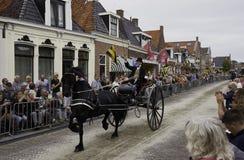 Αναβάτης κοστουμιών περιόδου με το άλογο μεταφορών Frisian Στοκ Εικόνα