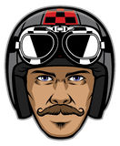 Αναβάτης μοτοσικλετών με το mustache και τη φθορά του εκλεκτής ποιότητας κράνους Στοκ Εικόνα