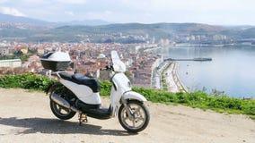 Αναβάτης μοτοσικλετών σε Gemlik, Bursa, Τουρκία, υψηλή γωνία φιλμ μικρού μήκους