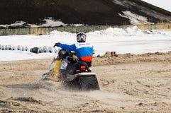 Αναβάτης οχήματος για το χιόνι στην αθλητική διαδρομή Στοκ Φωτογραφία