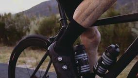 Αναβάτης ποδηλάτων που ασκεί σκληρά υπαίθρια φιλμ μικρού μήκους
