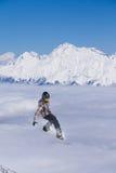 Αναβάτης που πηδά στα βουνά Ακραίος αθλητισμός freeride σνόουμπορντ Στοκ Εικόνα