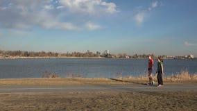 Αναβάτης ποδηλάτων μπροστά από τη φυσική λίμνη απόθεμα βίντεο