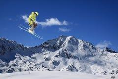 Αναβάτης σκι που πηδά στα βουνά Ακραίος αθλητισμός freeride στοκ εικόνες