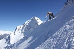 Αναβάτης σνόουμπορντ που πηδά στα βουνά Ακραίος αθλητισμός σνόουμπορντ Στοκ εικόνες με δικαίωμα ελεύθερης χρήσης