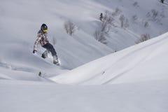 Αναβάτης σνόουμπορντ που πηδά στα βουνά Ακραίος αθλητισμός σνόουμπορντ Στοκ Φωτογραφίες