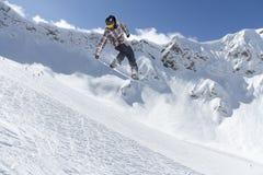 Αναβάτης σνόουμπορντ που πηδά στα βουνά Ακραίος αθλητισμός σνόουμπορντ Στοκ φωτογραφία με δικαίωμα ελεύθερης χρήσης