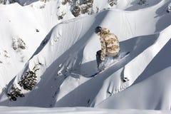 Αναβάτης σνόουμπορντ που πηδά στα βουνά Ακραίος αθλητισμός σνόουμπορντ Στοκ εικόνα με δικαίωμα ελεύθερης χρήσης