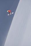Αναβάτης σνόουμπορντ που πηδά στα βουνά Ακραίος αθλητισμός freeride σνόουμπορντ Στοκ εικόνες με δικαίωμα ελεύθερης χρήσης