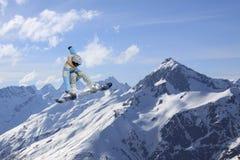 Αναβάτης σνόουμπορντ που πηδά στα βουνά Ακραίος αθλητισμός freeride σνόουμπορντ Στοκ Εικόνες