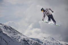Αναβάτης σνόουμπορντ που πηδά στα βουνά Ακραίος αθλητισμός freeride σνόουμπορντ Στοκ φωτογραφία με δικαίωμα ελεύθερης χρήσης