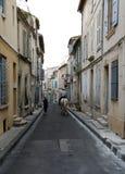 Αναβάτης στο άσπρο άλογο στην παλαιά πόλη Arles στην Προβηγκία Γαλλία Στοκ Φωτογραφία