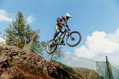 αναβάτης στο άλμα χάσματος ποδηλάτων από το βουνό Στοκ Εικόνες