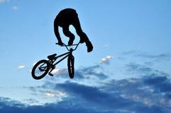 Αναβάτης BMX που κατασκευάζει ένα ποδήλατο να πηδήσει Στοκ Εικόνα