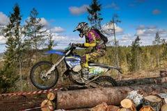 Αναβάτης Enduro στη μοτοσικλέτα του Στοκ Φωτογραφία