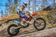 Αναβάτης Enduro στη μοτοσικλέτα του Στοκ φωτογραφία με δικαίωμα ελεύθερης χρήσης