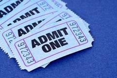 Αναγνωρίστε τα εισιτήρια ένα, τον μπλε, ακατάστατο σωρό ή το σωρό, κινηματογράφηση σε πρώτο πλάνο Στοκ Φωτογραφίες