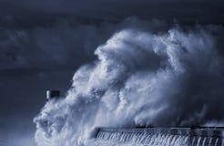 Αναγνωριστικό σήμα και αποβάθρα κάτω από τη βαριά θύελλα Στοκ φωτογραφία με δικαίωμα ελεύθερης χρήσης