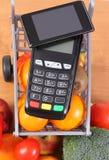 Αναγνώστης πιστωτικών καρτών με το κινητό τηλέφωνο με την τεχνολογία και τα φρούτα και λαχανικά NFC Στοκ εικόνες με δικαίωμα ελεύθερης χρήσης