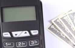 Αναγνώστης τελικών, πιστωτικών καρτών πληρωμής με το δολάριο νομισμάτων, cashless πληρωμή για τις αγορές ή προϊόντα Στοκ Εικόνα