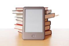 Αναγνώστης Ebook εναντίον του σωρού των βιβλίων Στοκ Εικόνες