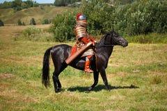 αναδημιουργία Μεσαιωνικός θωρακισμένος ιππότης στο άλογο Στρατιώτης στο ιστορικό κοστούμι στοκ φωτογραφίες με δικαίωμα ελεύθερης χρήσης