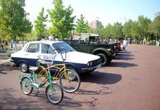 Αναδρομικά αυτοκίνητα - παλαιά περιπολικό της Αστυνομίας και ποδήλατα Dacia Στοκ εικόνες με δικαίωμα ελεύθερης χρήσης