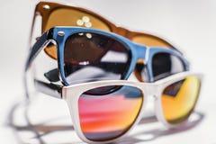 Αναδρομικά μοντέρνα γυαλιά στα διαφορετικά χρώματα Στοκ φωτογραφίες με δικαίωμα ελεύθερης χρήσης