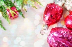 Αναδρομικά παιχνίδια Χριστουγέννων γυαλιού στην ξύλινη επιτροπή στα φω'τα Χριστουγέννων Στοκ φωτογραφίες με δικαίωμα ελεύθερης χρήσης