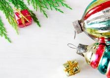 Αναδρομικά παιχνίδια Χριστουγέννων γυαλιού στην ξύλινη επιτροπή Στοκ Εικόνες