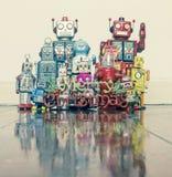 Αναδρομικά ρομπότ με τα δώρα σε ένα παλαιό ξύλινο πάτωμα στοκ φωτογραφία με δικαίωμα ελεύθερης χρήσης