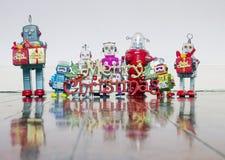 Αναδρομικά ρομπότ με τα δώρα σε ένα παλαιό ξύλινο πάτωμα στοκ εικόνες