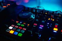 Αναδρομικά φωτισμένα κουμπιά για τον επαγγελματικό αναμίκτη DJ μουσικής για να παίξει μουσικό Στοκ Εικόνα