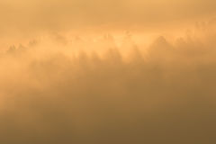 αναδρομικά φωτισμένη ομιχλώδης ανατολή θερινού φωτός του ήλιου τοπίων Στοκ εικόνες με δικαίωμα ελεύθερης χρήσης