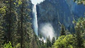 Αναδρομικά φωτισμένη υδρονέφωση που αυξάνεται από τις πτώσεις Bridalveil στο εθνικό πάρκο Yosemite φιλμ μικρού μήκους