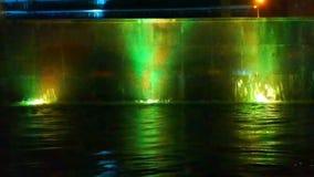 Αναδρομικά φωτισμένος καταρράκτης, πολύχρωμα φω'τα απόθεμα βίντεο