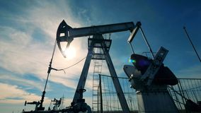 Αναδρομικά φωτισμένος λάδι-αντλώντας φορτωτήρας στη διαδικασία εργασίας Βιομηχανία πετρελαίου, βιομηχανία πετρελαίου, έννοια τομέ απόθεμα βίντεο