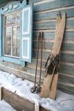 Αναδρομικά skiis στη Σιβηρία στοκ εικόνες