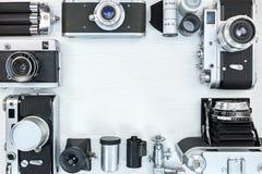 Αναδρομικές κάμερες, εξοπλισμός και εξαρτήματα φωτογραφιών στο άσπρο ξύλινο β Στοκ εικόνα με δικαίωμα ελεύθερης χρήσης