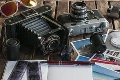 Αναδρομικές κάμερες φωτογραφιών σε έναν πίνακα Στοκ φωτογραφίες με δικαίωμα ελεύθερης χρήσης